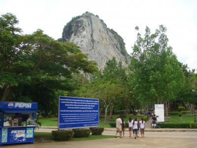 岩山に描かれた巨大仏陀