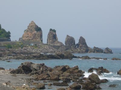 鹿 岡 の 『 夫 婦 岩 』