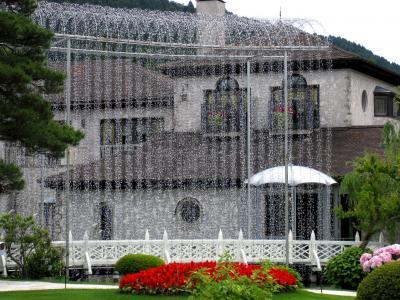 箱根:ガラスの森「光の回廊」 雨のち晴れは…