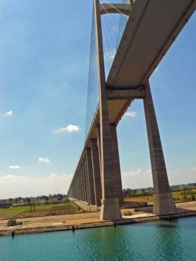 スエズ運河をぬけて