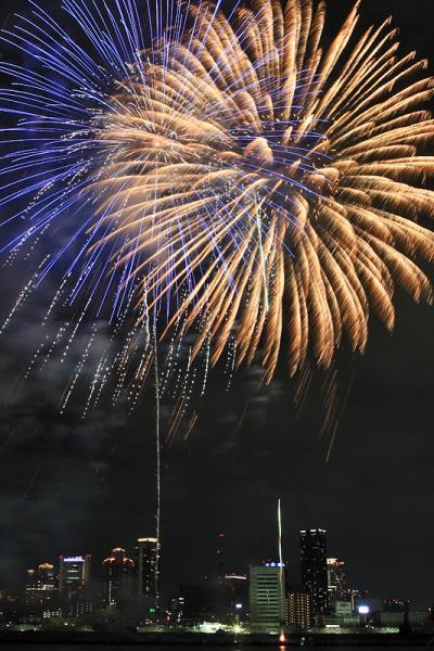 大阪梅田の街に花火が降り注ぐ。。。「2009年 第21回なにわ淀川花火大会」 / 大阪市