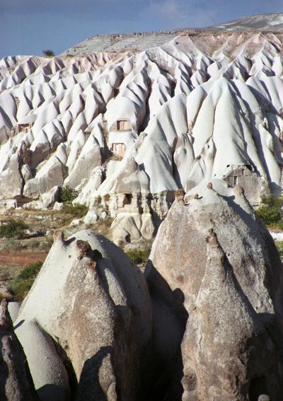 トルコ周遊の旅(2)ギョレメの町にしばらく滞在しているうちに友達もでき、町外れの遺跡や荒涼とした大地を一人歩く。