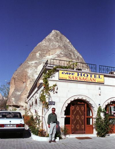 トルコ周遊の旅(5)サクサアンホテルの主人に車を出してもらい、カッパドキアの奇岩地帯や小さな町をドライブしてローズバレーの夕日に感動する。