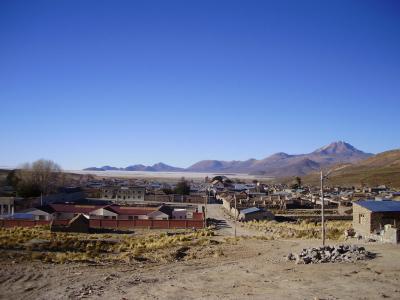 ウユニ塩湖とコイパサ塩湖の中間にある町、サリナス デ ガルシ メンドサ町の近くにある鋳造工場跡地とアルカヤ-先祖のお墓