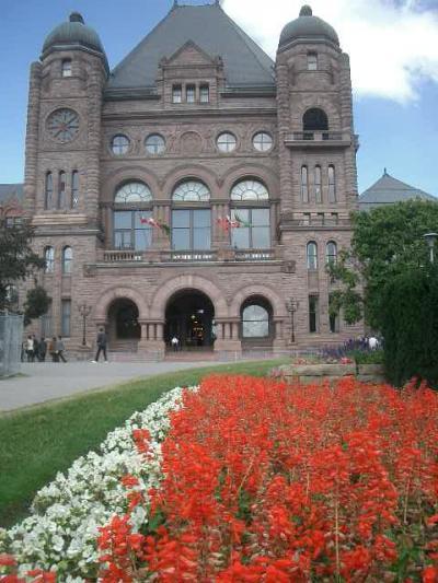 州議会議事堂は花に囲まれていた