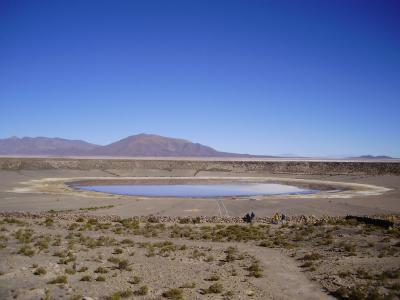 ウユニ塩湖とコイパサ塩湖の中間にある町、サリナス デ ガルシ メンドサ町の観光名所のひとつJayu Kutaのクレーター