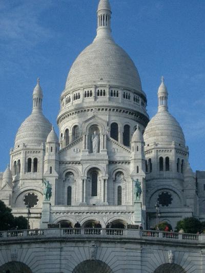 サクレ・クール聖堂は、白く繊細で青空にそびえていた。