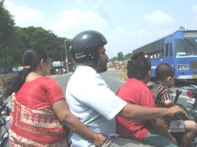 インドの4人乗りバイク