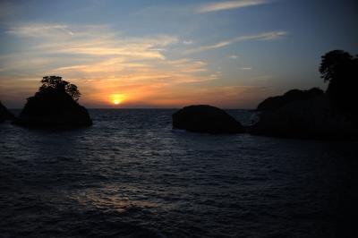三四郎島に沈む夕陽=西伊豆・堂ヶ島にて=
