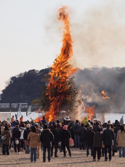 2010年1月 横浜 海の公園 八景島を望む砂浜での どんど焼き