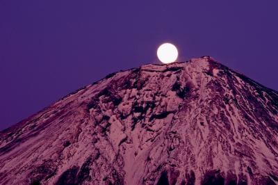朝霧高原より満月を眺むる