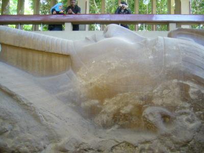 サッカラ ラムセス2世の巨像