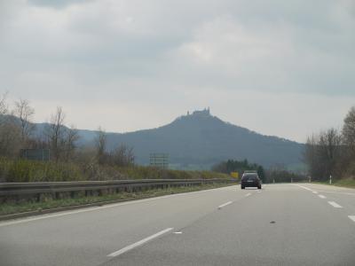 山の上にそびえ立つホーエンツォレルン城(ドイツ)