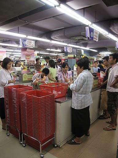 ヤンゴンでスーパーを覗く