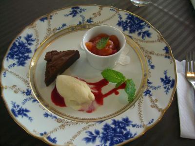 六華苑のレストラン・ロッカでデザート