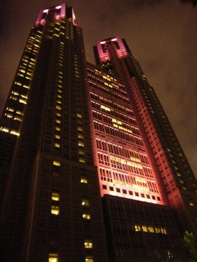 ピンクリボンキャンペーンの一環で、ピンク色に染まる都庁。