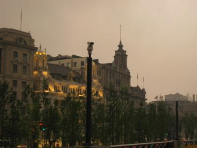 上海、美しいライトアップの街へ