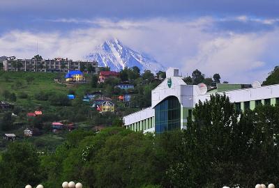 カムチャッカ雲上の花々と残雪の山5 ペトロパブロフスクカムチャッキーの街