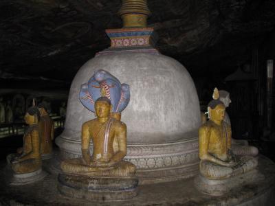 スリランカ旅行記4~ダンブッラ石窟寺院、山道ショートカットで壁画と仏像見学~