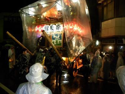 ツアーバスは 雨の 佐原の秋の大祭へー下