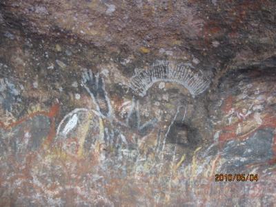 『燃える大地』<ゴンドワナの大陸を旅して>(139)アボリジニの線描画。