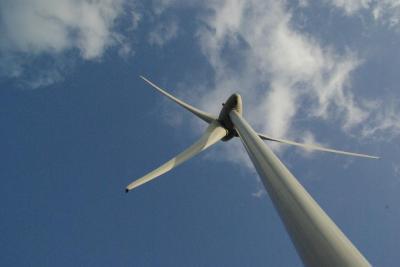風車パワーをカラダで感じる岬