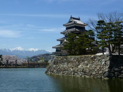 松本・・アルプスと桜とお城、そして人、人・・。