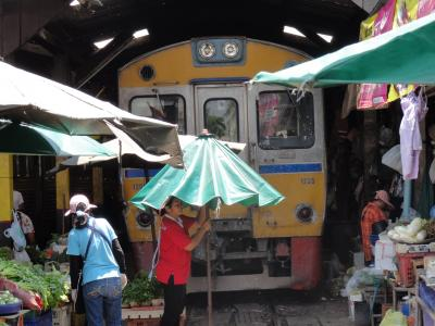 タイ・ローカル線の旅(市場の中を列車が走る)