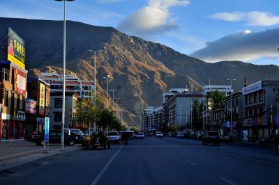 チベット、ラサへ  4 朝のラサ市内と市場