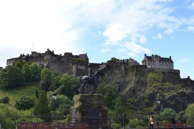 何世紀もの歴史がひしめく エディンバラの街歩き① 〈スコット・モニュメント~エディンバラ城〉 ◆イギリス(スコットランド)◆