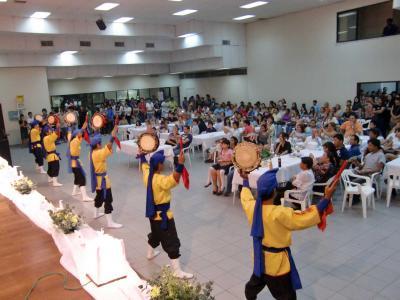東日本大地震の被災支援のため、若い日系人が親善フェスティバルを南米ボリビアで行った