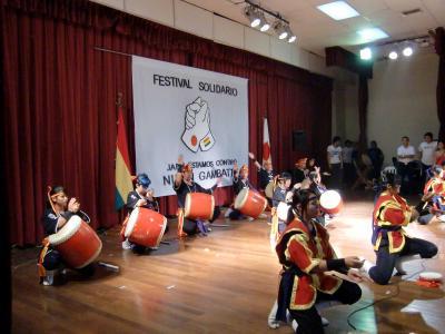 東日本大地震の被災支援のため、南米ボリビアの若い日系人が親善フェスティバルを催した。