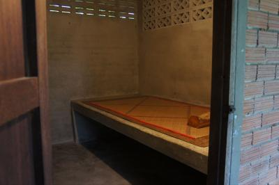 【タイ精神修行の旅 2011】スラーターニーの森林寺でプチ出家 ~石のベッドで10日間~
