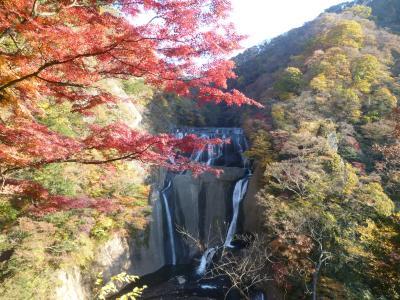 袋田の滝・・紅葉にきれいな流れ・・。