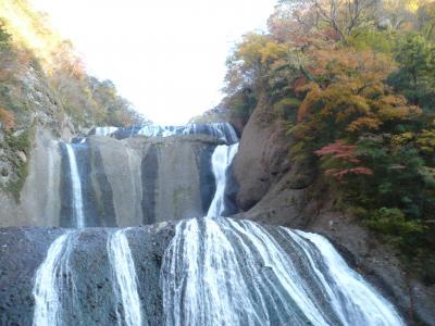 日本の秋・紅葉の滝めぐり