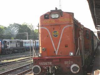 ジャイプール駅で列車を見る