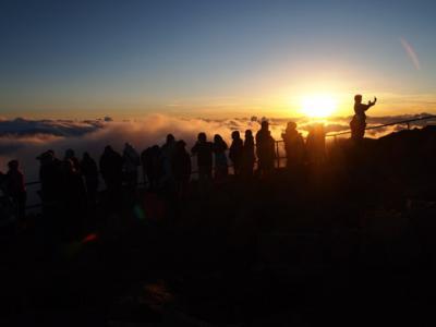マウイの山頂で日の出を拝む