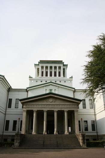 ギリシャ建築に触れる ー 梅林に囲まれたギリシャ神殿風の大倉山記念館とアテネを連想させるエルム通り