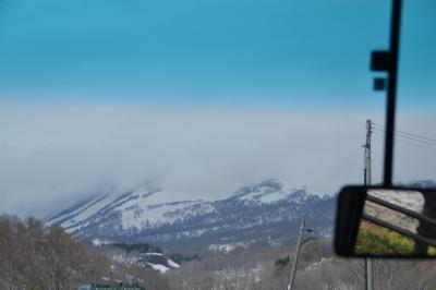 雲に隠れた月山をバスの車窓から眺める
