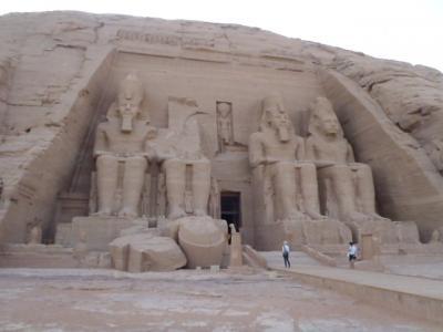 エジプト2012GW(4)-砂嵐の中をアブシンベルへ疾走、感動の音と光のショーと幻想的日の出