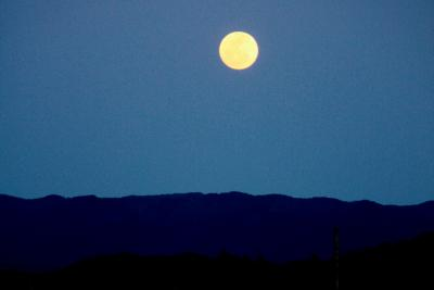 夕暮れの満月