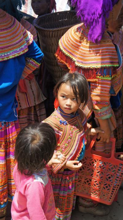 灼熱!沙巴(3)サパトレッキングの日曜日はバック・ハ・サンデーマーケットで花モン族の美しい民族衣装に目を奪われる。