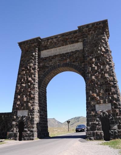 「アムトラックとドライブで行くアメリカ国立公園の旅・グレイシャー&ウォータートン&イエローストーン・グランドティトン」NO.6 グレイシャーからイエローストーンへ418マイル(672キロ)のドライブ Mammoth Hot Springs Hotel and Cabins 宿泊