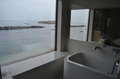 モダンな部屋の旅館を越前海岸に見つけました。