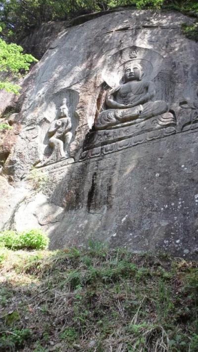 奇絶峡(きぜつきょう)一枚岩の不動明王の磨崖仏と滝