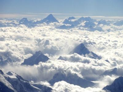 白き峰々と炎天下の仏教遺跡