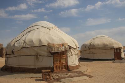 2012年中央アジア旅行~ウズベキスタン・キルギス・カザフスタン~ハイライトその5:朝食以外の食べ物とレストラン編<ウズベキスタンのキジルクム沙漠の遊牧民のテント(ユルタ)でのランチ>
