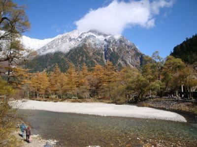 青空、雪と黄葉のコントラストに感動の上高地
