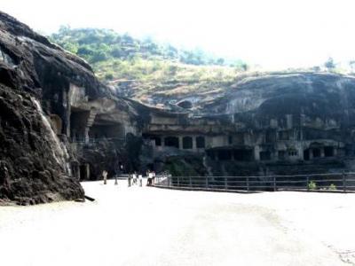 インド悠久文明の旅13日間(6)エローラ? 仏教石窟群(第10窟、第12窟)