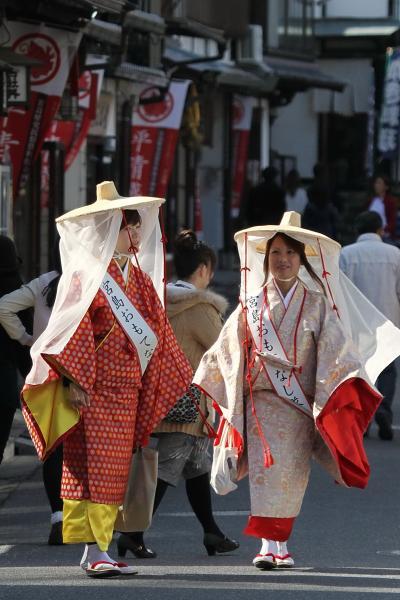 Solitary Journey [1122] ささやかなひととき…秋の宮島に壷装束姿の女性、平安の風が吹いている~♪<みやじマリン>広島県廿日市市